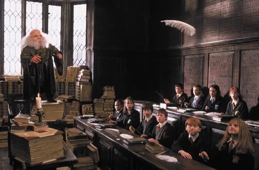 Profesor Flitwick harus menaiki setumpuk buku agar bisa melihat murid-muridnya